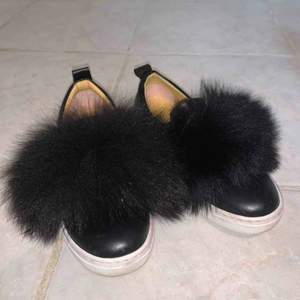 Fina svarta skor med fluff på<3 köparen betalar frakt ca62kr