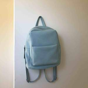 Ryggsäck som jag köpte för några år sedan i en väskbutik. Har inte använt så mycket så den är i bra skick. Storleken är lite mindre än en ordinarie ryggsäck. Frakta eller mötas upp i Lund💞