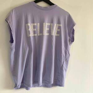Lila T-shirt 🟪 kan mötas upp i Jönköping annars står köparen för frakten