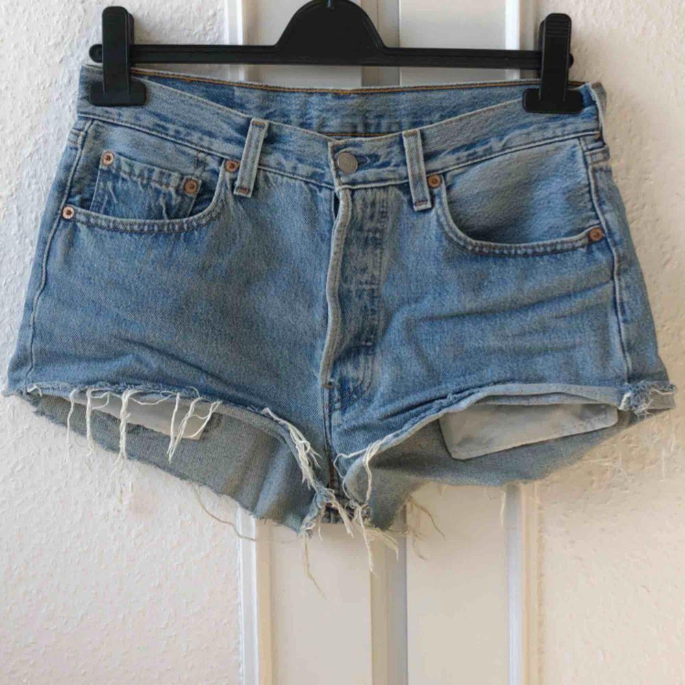 Riktigt nice shorts från Levi's i den klassiska modellen 501. Köpta second hand och välanvända men toppenbra skick och bra kvalitet. Saknar storlek men passar 36-38. Priset är inklusive frakt.. Shorts.