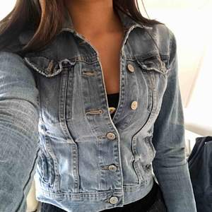 Säljer min fina jeansjacka pga att den har blivit för liten för mig😔 Den är från lindex och i strl 34 alltså XS. Köparen står för frakt!