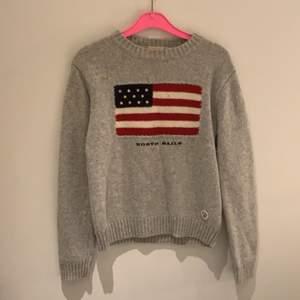 Varm härlig sweatshirt från north sails. Denna tröjan är perfekt i skidbacken eller en kväll i båten. Eller övrig användning i vardagen.