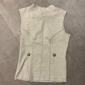 Nyskick. Populär. Kan ha över en skjorta eller bara som den är. Älskar den men den har blivit för liten.