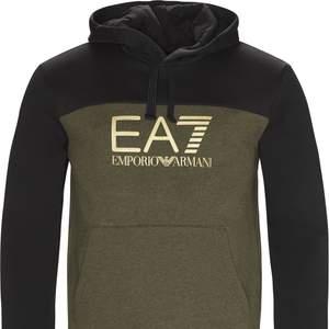 Ny pris: 1299kr. Köptes online på JDsports. En märkeshoodie från italienska kvalitetsmärket emporio armani (även känt som EA7). Använd en del men är fortfarande i väldigt fint skick vilket tyder på kvaliteten. Passar i storlek XS-S (ålder 10-14)