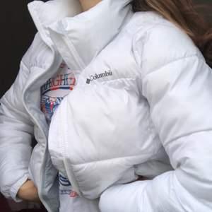 Vit puffer jacket från Columbia i väldigt bra skick, varje gång man tvättar den försvinner all smuts och den ser ut som ny. Strl S och jättevarm och härlig🤠 kan mötas upp i Göteborg eller frakta för 100kr. Buda i kommentarerna🥰