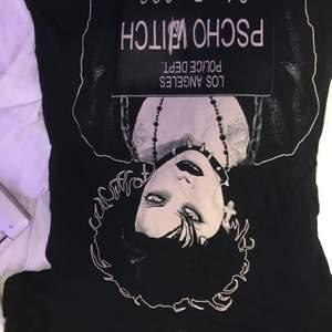 En lång svart T-shirt från bluefox. Original pris = 300 kr. Samma skick som ny. Säljer för att den ej passar mig längre. Storlek S/M