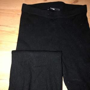 VÄLDIGT bekväma byxor från bikbok som är stickade, säljs pga av inte min stil längre. De är lite ludd på dom på bilden men det kan jag bara rolla bort ! Buda!