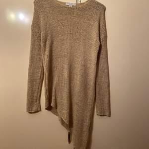 Säljer denna stickade tröja i strl xs. Den är i jätte bra skick. Undrar man över något så är det bara att kontakta mig.