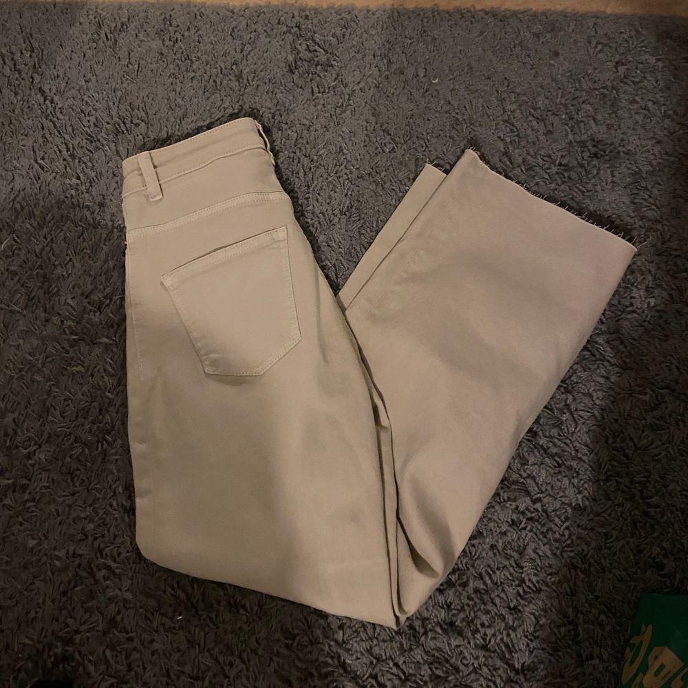 Raka jeans ifrån lager 157, storlek XS. Jag är ca 160 och dom sitter bra i längden på mig. Köpta för 300kr🥰. Jeans & Byxor.