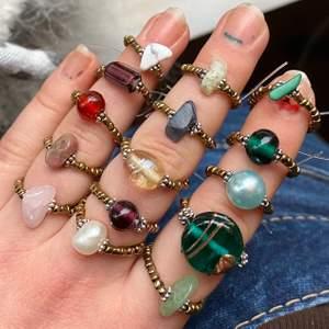 (Finns även tigeröga, bergskristall och lite anna!) Uppföljare på tidigare annons med kristallringarna som blev otroligt efterfrågade! 🎰 Dessa inkluderar också kristall, bland annat i moladit, soladit, rosenkvarts osv. Andra är i vackra pärlor. Vid beställning packas den ihop väldigt fint, så kan fungera som en julklapp till en nära. Matcha outfits och flexa med din unika ring. Vid köp, screenshota första bilden och ringa in vilka du vill köpa. Priser: Jag tar en för 19kr, två för 33kr, tre för 49kr, fyra för 60kr och 11kr frakt på det. Ringarna är gjorda i elastisk tråd och funkar för alla.