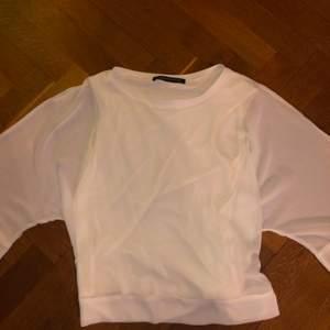 En vit blus från zara! Genomskinlig blus men med en kroppsnära linne inbyggt i tröjan över överdelen. I storlek medium. Använd men i gott skick! Original pris 360kr