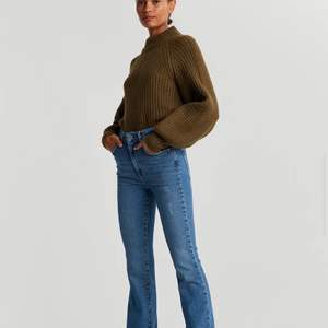 Säljer dessa snygga bootcut jeans från Gina tricot,som jag tyvärr inte använder längre. I Storlek 38. Nypris 599kr och nu 275 kr,köparen står för frakten.