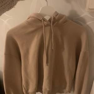 Säljer denna beiga hoodien från lager 157, den är lite croppad i modellen. Använd 2ggr. Köparen står för frakt! ✨