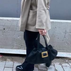BAUGETT VÄSKA. Köpt på second hand (humana) väldigt fin i nyskick. Rymlig väska samt väldigt snygg. Köpt för 200kr
