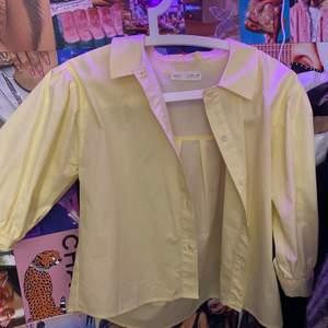 Jättwfin gul skjorta feån zara som inte har kommit till användning💕