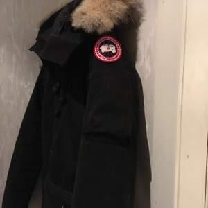 Jag säljer min Canada Goose Montebello i storlek S. Jackan är använd en vinter men är som i nyskick.