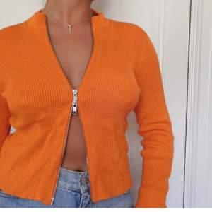 Säljer denna tröja från & other stories som jag köpte här på plick då den tyvärr inte kommer till användning (bilderna är tagna från säljaren jag köpte den av). Mycket fint skick!