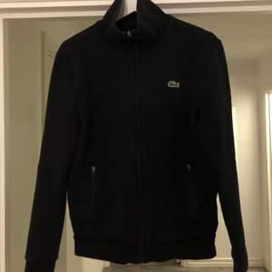 En snygg och enkel Lacoste sport  zip tröja, köpt från Nk sport. Nypris 1399:- /// storlek S