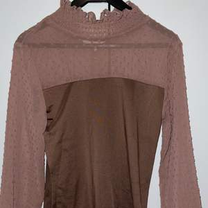 En jätte fin blus från SHEIN. Säljer då den var för liten för mig. Storlek S men är som en XS. Jättefin brun/beige färg. Frakt tillkommer