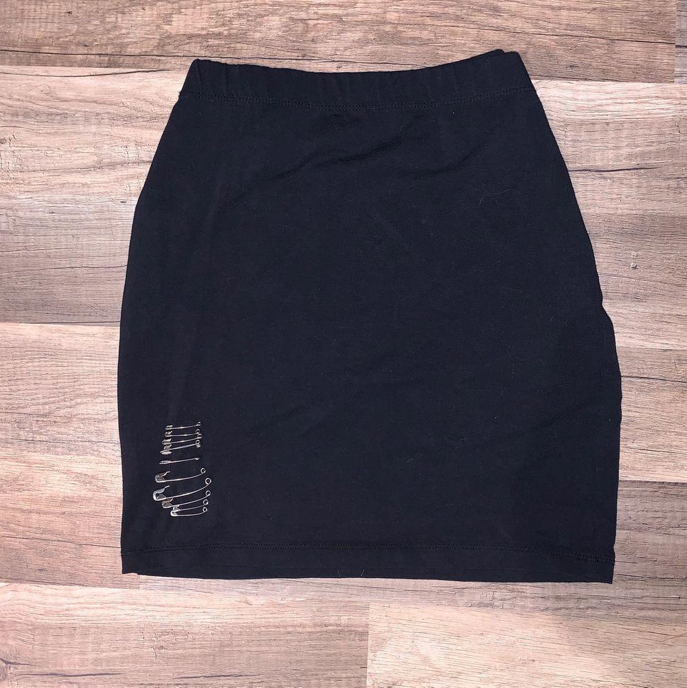 Vanlig svart kjol med säkerhetsnålar. Size M 💓. Kjolar.
