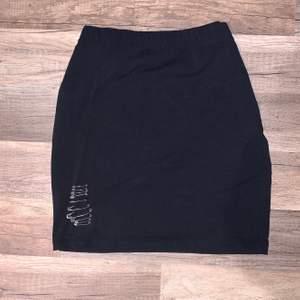 Vanlig svart kjol med säkerhetsnålar. Size M 💓
