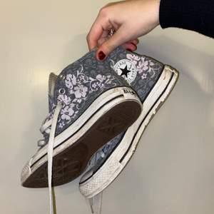 Converse med grå mönstrade döskallar och rosa/lila blommor på, storlek 36,5, går att tvätta av lite grann