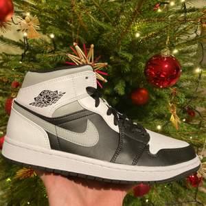 Säljer två par Air Jordan Shadow White! Finns i 42 och 43! Skorna är självklart äkta och kvitto samt bevis från Nike finns! Skorna är helt nya och aldrig testade!😊