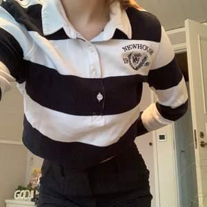 Jättefin randig tröja som inte kommer till användning. Strl S men passar även M och XS beroende på hur man vill att den ska sitta. Köparen står för frakt 💛