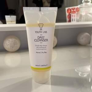 En Daily Cleanser gel från märket Youth Lab. Helt oanvänd och plomberad! 100ml, nypris ligger runt 150kr. Cleansing gel som även tar bort makeup! Jättebra märke🤍