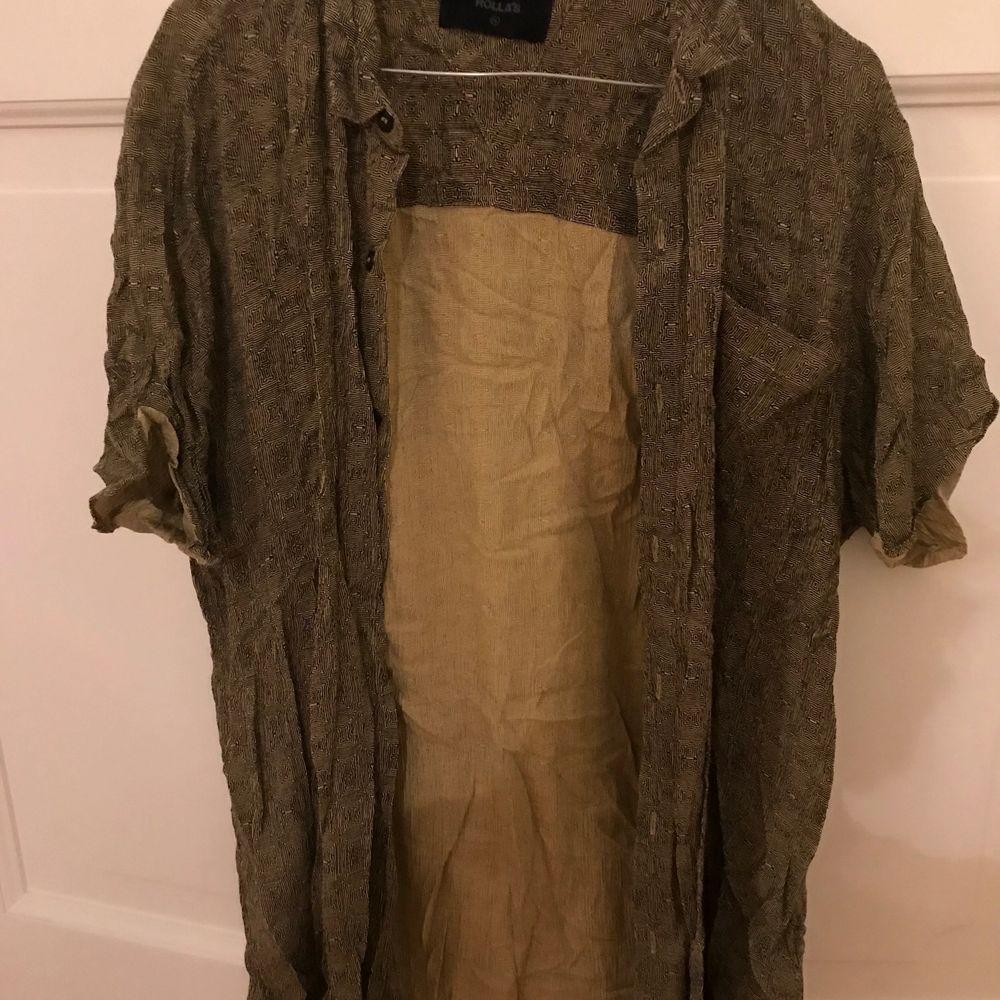 Mönstrad skjorta i storlek XL, Oversized på mig som vanligtvis har XS. Begagnad men i gott skick🧡💚. Skjortor.