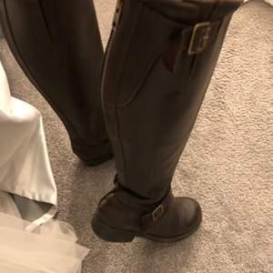 säljer mina höga bruna johnny bulls. väldigt andvända men i mycket fint skick. köptes 2017 för ca 2000 kr. köparen står för frakten💕🤍 pris kan diskuteras
