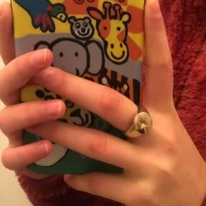 En guld färgad ring som jag köpte här på Plick, det visade sig att den var förstor😢 Inte sprillans ny skick men as ball!!