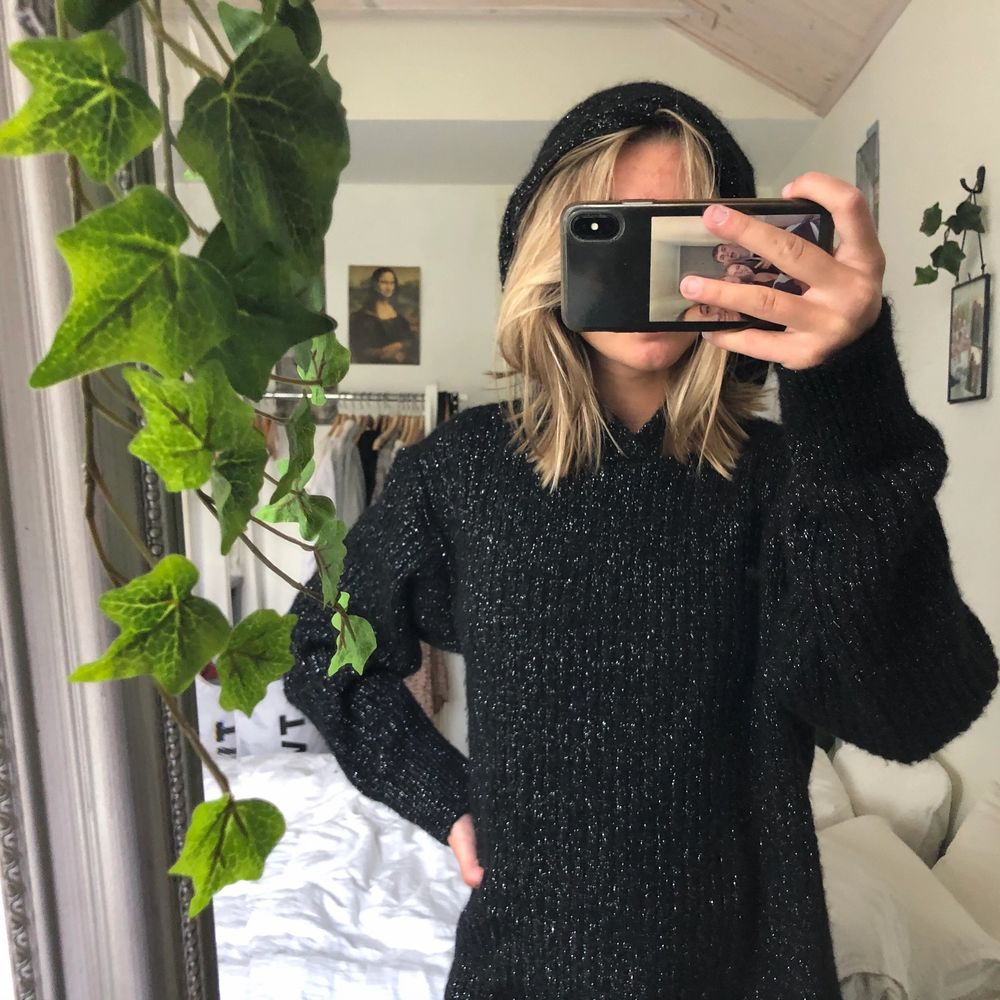 En stor mysig glittrig hoodie från weekday! Supermysig och varm! Väldigt stor men kan stoppas in i jeansen som på första bilden. Använd en gång! Kan mötas upp i Malmö annars står köparen för frakt❤️. Tröjor & Koftor.