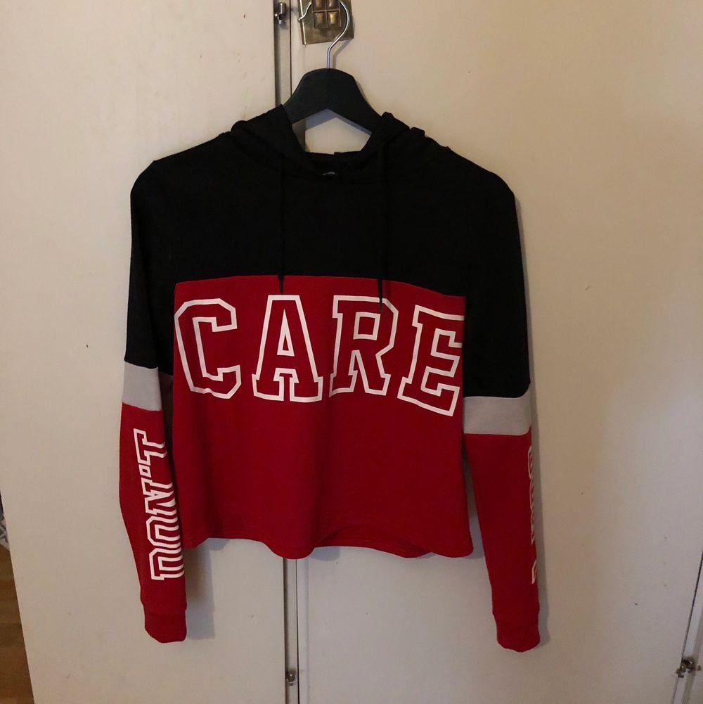 Tunnare än en vanlig hoodie men väldigt skönt och slappt material☺️ Köparen betalar frakt🥰. Tröjor & Koftor.