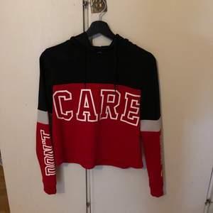 Tunnare än en vanlig hoodie men väldigt skönt och slappt material☺️ Köparen betalar frakt🥰