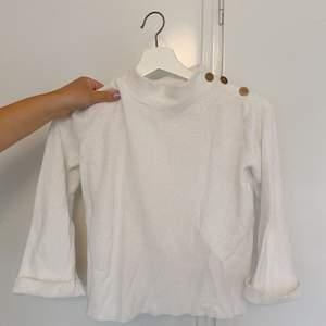 Vit fin tröja! Köparen står för frakten.