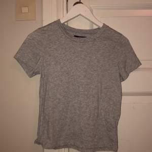Basic t-shirt från bikbok i strl XS. Betalning: swish