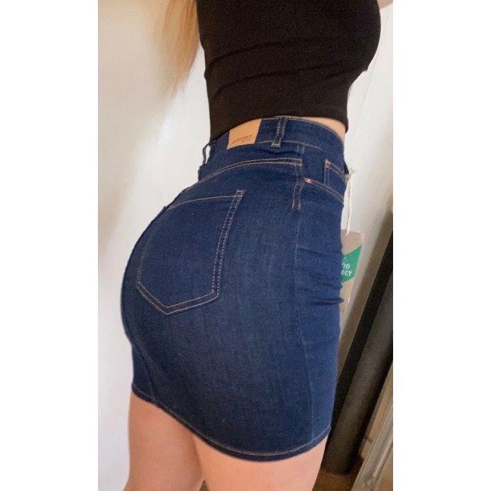 """As snygg formad och stretchig jeans kjol ifrån Gina! den har """"äkta"""" mörk jeans färg och skönt material 😍 i storlek S, passar även M som jag brukar ha. Helt oanvänd med prislapp kvar pga av dubbelköp🥰köpt för 279💗. Kjolar."""