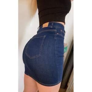 """As snygg formad och stretchig jeans kjol ifrån Gina! den har """"äkta"""" mörk jeans färg och skönt material 😍 i storlek S, passar även M som jag brukar ha. Helt oanvänd med prislapp kvar pga av dubbelköp🥰köpt för 279💗"""