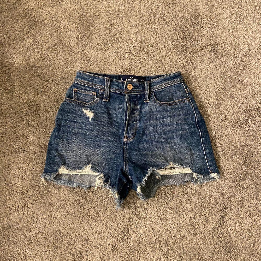 """Super söta HOLLISTER shorts! Modellen heter """"vintage stretch) och dom är högmidjade. Jätte fina och perfekta nu inför sommaren! Ord pris: ca 500kr. Jeans & Byxor."""