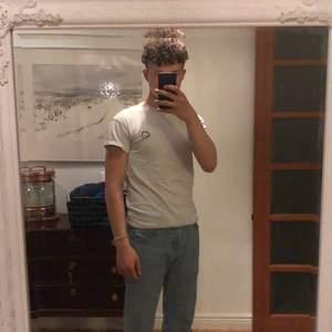 Väldigt snygg vit t-shirt från New Look med brofist märke! Sällan använd och därmed i bra skick! Storlek XS.