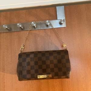 Louis Vuitton clutch Säljer nu min pärla, Passar till alla tillfällen✨   Först till kvarn ❣️❣️kolla gärna mina andra annonser