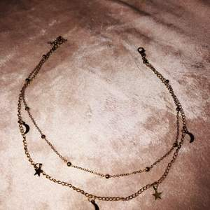 Guldigt jättefint dubbel halsband med stjärnor och månar. Aldrig använt!!  frakt ingår!!