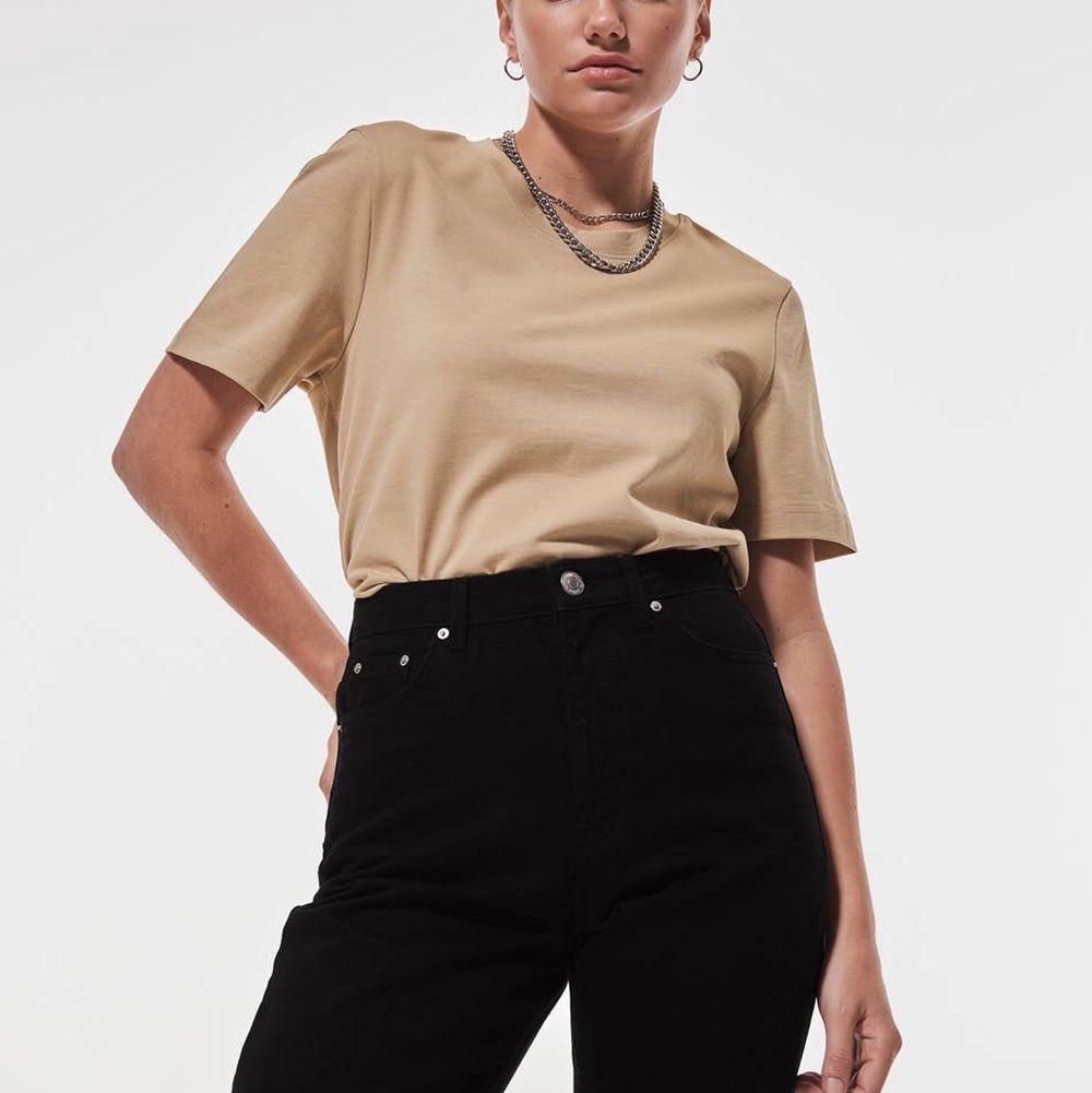 Säljer denna beige t-shirt som aldrig kommit till användning!. T-shirts.