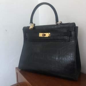 SÄNKT PRIS 23/06. Väskan är gjord i skinnimitation. Lite slitningar på baksidan av väskan annars toppskick. Köpt för 800kr🐉💗