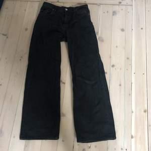 Svarta jeans från monki i modellen Yoko. Säljer pga för korta för mig.Bra skick