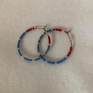 Örhängen från Etsy. Blåa röda och guldiga pärlor. Supersöta och somriga. Köparen står för frakt (11kr)🏵🦢