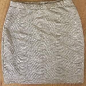 Guldig kjol från hm. Xs. Kolla gärna in mina andra auktioner, jag samfraktar