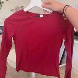Långärmad vinröd tröja från H&M med små detaljer i slutet av ärmarna och längst ner på tröjan. Fint skick. Köparen står för frakt💕