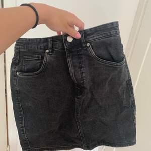 Svart tvättad jeanskjol den zara, knappt använd